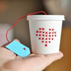 The cutest cross stitch ever! Make this tiny cross stitch paper cup! (in Portuguese)...........i bet i could figure this out without directions!