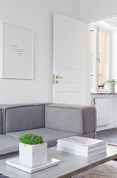 How do you make a small apartment look stylish and spacious? The answer is well-known and this tiny apartment in Stockholm is such. White Interior, Living Room Decor Modern, Boho Interior, Minimalism Interior, Living Dining Room, Home And Living, House Interior, Scandinavian Style Home, Interior Pictures