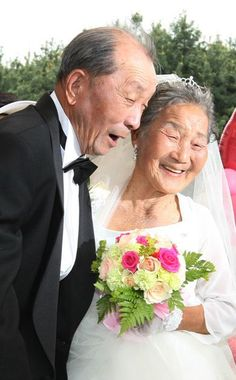 Low-income elderly couples, who were too poor throughout their lives to afford a wedding ceremony, were given free wedding ceremonies on the in Seoul. Couples had to be at least 65 and married for at least 20 Vieux Couples, Old Couples, Couples In Love, Growing Old Together, Everlasting Love, Old Love, Young At Heart, Forever Love, Aging Gracefully