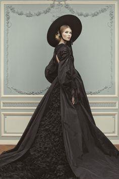 Frau schwarzes Kleid