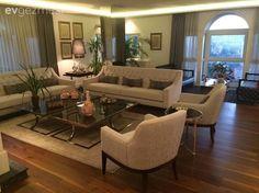 Geniş ve mimarisi güzel evler, böyle güzel mobilya seçimleriyle tamamlanınca, bizlere hayranlıkla izlemek kalıyor. Ev sahibimiz Fatma hanım, geniş ve harika bir manzaraya sahip evinde, koyu renkler, d...