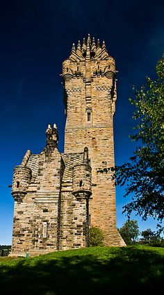 National Wallace Monument (generally known as the Wallace Monument) is a tower standing on the summit of Abbey Craig, a hilltop near Stirling in Scotland. It commemorates Sir William Wallace, the century Scottish hero. The Places Youll Go, Places To See, Photo Chateau, Wallace Monument, England And Scotland, Scotland Uk, Scottish Castles, Palaces, Scotland Travel