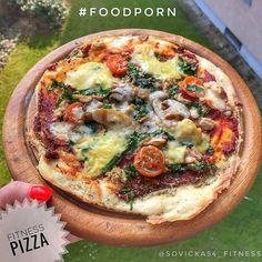 FITNESS PIZZA  * 70g špaldové mouky  * 1 vejce  * 2 lžíce tvarohu  * Sůl  Nahoru:  * lžička rajčatového protlaku, medvědí česnek, tuňák, rajčata, posypat nastrouhaným sýrem (cheddarem ☺️) - cokoliv  * Koření na pizzu, oregano ...  Postup:  ➡️ Ingredience na těsto smícháme v mixéru a na pečícím papíru vytvarujeme do tvaru pizzy v tenké vrstvě. Nahodíme zbytek ingrediecí a pečeme tak 10 minut na 180st! Tohle prostě chceš❤  #PečemeSeSovičkou #FitnessPizza