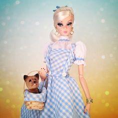Barbie está pronta para o Dia das Bruxas e Miss Mel está pisando em como Toto