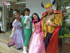 Uma história de reino encantado bem diferente, meio maluquinha. A festa começa com recepção festiva com as (os) tias (os) caracterizadas de princesas e príncipes. Em seguida uma princesa reúne as crianças e pede a ajuda delas para que seja salva de uma bruxa má que está lançando um encantamento em todas as princesas e príncipes do reino.  #megafestainfantil #festaparameninas #animadoresatenciosos #festadivertida #animaçãoinfantil #festaemcasa #contodefadasmaluco #princesas