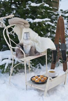 #winter #patio #garden #terrace #terras #tuin #wintertuin #koud #chair #stoel #tuinstoel #rendier #kleed #reindeer #blanket  #snacks #muffins #outdoor #snow #sneeuw #white <3 #Fonteyn
