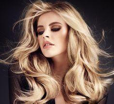 Cuide dos cabelos loiros em casa. Com o banho de brilho é possível ter fios loiros belos e brilhantes por mais tempo. Descubra como fazer passo a passo.