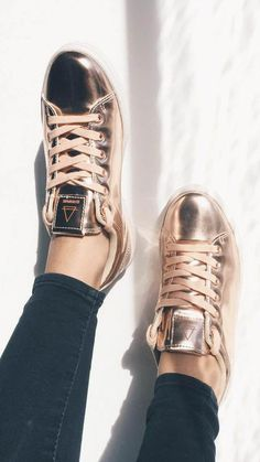 In love with the vibe of these tennis shoes! 58 Modest Outfits For Starting Your Summer – In love with the vibe of these tennis shoes! Pretty Shoes, Beautiful Shoes, Cute Shoes, Me Too Shoes, Tenis Rose Gold, Rose Gold Shoes, Metallic Shoes, Zapatillas Casual, Eleven Paris