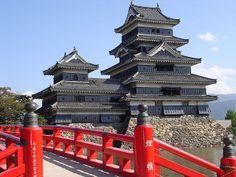 """El #castillo #Matsumoto, también conocido por el nombre de Karasu-jo o """"El castillo del cuervo"""", debido a los negruzcos tonos que presenta su estructura, integra uno de los más bellos exponentes de las fortalezas hirajiro de #Japon. Un castillo que se alza sobre llanuras pantanosas en lugar de erigirse sobre una colina o montaña. Unos anegados terrenos que obligaron a sus constructores a erigir tan sólida estructura durante el periodo Sengoku, una época dominada por la guerra civil..."""