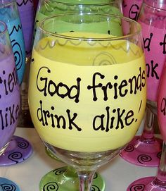 Good friends drink alike Hilarious Funny Wine by FunnyWineGlasses 40th Birthday Gifts For Women, 40 Birthday, Birthday Woman, Birthday Ideas, New Crafts, Diy Arts And Crafts, 40th Party Ideas, Funny Wine Glasses, Fundraising Events