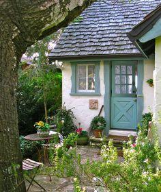 <3 Kleine lauschige Terrasse vor altem Häuschen