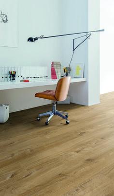 #Suelo de #PVC Cotton oak natural de Quick-Step. Es muy natural y cálido, queda muy bien en un #estudio de #estilo #minimalista. #homeideas #homedesigne #interiorismo #diseño #hogar #home #decoración #vinílicos