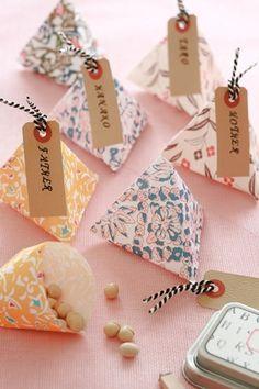 手軽に折り紙でも作れるのが嬉しいところ。 ちいさなチョコやキャンディーをたくさん配るときに便利です。