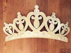 ¡UNA VENTA!!!!!! ¡Cualquier color! Corona con dosel / por encima de la cama con dosel / corona princesa / princesa decoración /Nursery corona Esta corona de cama dormitorio de bebé es perfecta para su pequeña princesa. Por encima de la cama, ducha de bebé, apoyo de foto o incluso un cumpleaños fiesta! Decoración del partido adorable. Para promociones y regalos! *** Síguenos en instagram: https://www.instagram.com/rusticdeerdesigns/ Como nosotros en F...