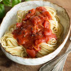 Als Basis für Pastagerichte, Aufläufe oder als Dip für frisches Brot - eine gute, aromatische Tomatensauce ist Gold wert. So wird sie gemacht