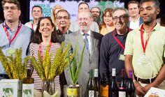 https://www.facebook.com/BodegaColoniasdeGaleonCazalla/photos/a.10152471093763843.1073741826.152329813842/10154059589578843 Mirad que foto .Está en el Correo de Andalucía de hoy. Colonias de Galeón. Julián y Sara Navarro acompañando al Presidente de la Diputación. Anunciando las ferias de Otoño en el Patio de la Diputación de Sevilla. La primera de vinos de Sevilla: 21,22 y 23 de Octubre.