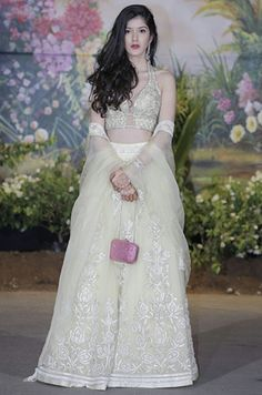 The Hottest Celebrity Looks From Sonam Kapoor And Anand Ahuja's Wedding Reception Indian Wedding Outfits, Bridal Outfits, Indian Outfits, Pakistani Dress Design, Pakistani Dresses, Indian Dresses, Dress Indian Style, Indian Wear, Celebrity Look
