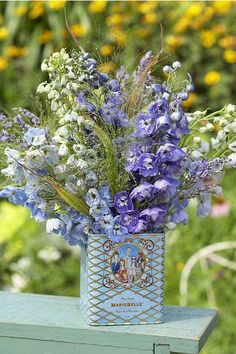 Vintage tea tins are not only lovely to display in your home, they're perfect for wedding centerpieces. Here are a few photos of vintage tea tin centerpieces to get you inspired:. Diy Wedding Centerpieces Without Flowers Barn Wedding Decorations, Wedding Centerpieces, Centerpiece Ideas, Decor Wedding, Party Wedding, Diy Wedding, Tin Can Wedding Ideas, Bouquet Bleu, Vintage Tee