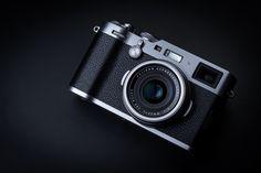 Hands-On Fujifilm X100F 'The Story Teller…'  Fujifilm heeft afgelopen week de vierde versie van de X100 serie rangefinder gestyleerde compactcamera's geïntroduceerd; de X100F. Deze serie luxe compactcamera's van Fujifilm is vooral populair bij reis- en straatfotografen vanwege zijn mooie en onopvallende uiterlijk. De Fujifilm X100F lijkt op het eerste gezicht misschien een kleine upgrade ten opzichte van zijn voorganger. Toch gaan er in deze nieuwe X100F een flink aantal verbeteringen…