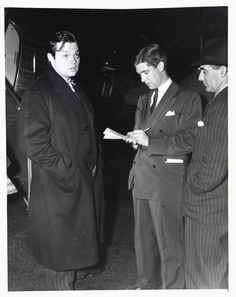 Here is a wire-service photo of Orson Welles arriving for the New York premiere of Citizen Kane on May 1, 1941.