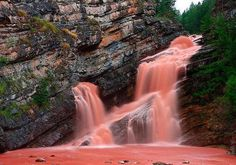 fenomenos-naturais  Quedas de Cameron, Canadá  A coloração das quedas de Cameron ocorrem quando uma chuva muito forte leva sedimentos para o rio, deixando a água cristalina com essa cor avermelhada.
