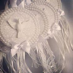 Ahhh os medalhões!! Muito amor envolvido na produção de cada um, para serem entregues em datas tão especiais e significativas!! #artedemimar #batizado #lembrancadebatizado #batismo #lembrancadebatismo #medalhaododivino #divinoespiritosanto Bead Crafts, Diy And Crafts, Arts And Crafts, Shabby Chic Wreath, Baptism Party, Handmade Ornaments, Holy Spirit, Decoration, Craft Projects