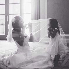 """Momento """"amor e inspiração""""!  Linda cena capturada entre a daminha de honra e…"""