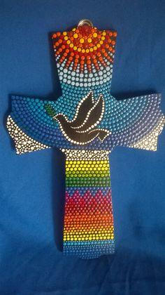 Cruz inspirada en la paloma de la paz Dot Art Painting, Mandala Painting, Pebble Painting, Painting Patterns, Painted Wooden Crosses, Painted Letters, Stained Glass Quilt, Mosaic Crosses, Cross Art