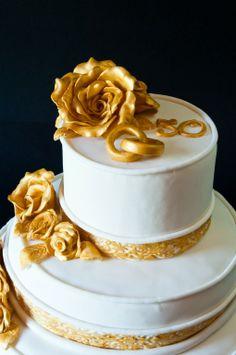 particolare torta anniversario nozze 50 anni in pasta di zucchero