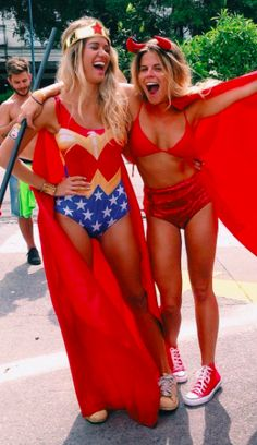 Fantasias fáceis de fazer para o carnaval: mulher maravilha e diabinha Group Halloween, Cute Halloween Costumes, Diy Costumes, Halloween Party, Funny Costumes, Couple Halloween, Halloween 2018, Halloween Ideas, Me And Mrs Jones