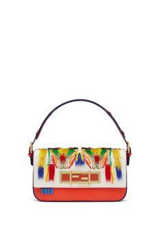 Für Fendi setzte Leandra Medin bunte Pailletten auf die Baguette Bag.