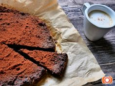Makové brownies sypané kakaem bez mouky a cukru. Recept naleznete v e-shopu. Brownies, Bread, Slim, Food, Lemon, Cake Brownies, Brot, Essen, Baking