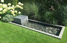 Schlichter Gartenbrunnen in Wasserbecken - Design, Blumen, Gräser, Feldsteine