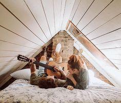 """""""Você sabe tocar violão?"""" perguntou Gabriela. """"Se você considera 'tocar' como: colocar o violão deitado e mexer nas cordas freneticamente e sem instrução, então sim"""""""