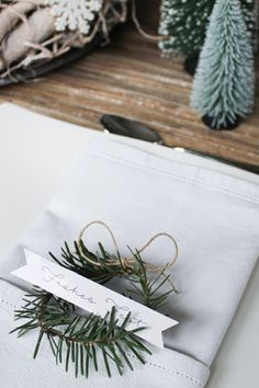 3 DIY-Ideen für weihnachtliche Tischkärtchen – KleineTischkartenmachen die Festtafel noch einladender und das Beste, Ihr könnt die Sitzordnung bestimmen. Mit unseren drei verschiedenenTischkarten-Ideenverleiht Ihr nicht nur Eurer weihnachtlichen Tischdekoration einen individuellen Touch, Ihr begeistert sicher auch Eure Familie mit diesen niedlichen und individuellen Ideen. #wohnklamotte Gift Wrapping, Tableware, Christmas, Gifts, Winter, Table Seating, Advent Season, Christmas Deco, Cards