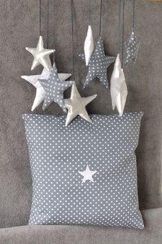 star mobile and star cushion Love Stars, Stars And Moon, Star Mobile, Creation Deco, Twinkle Twinkle Little Star, Mobiles, Baby Love, Decoration, Sewing Projects