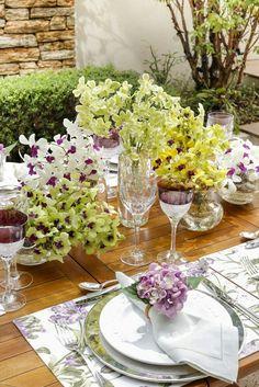 um jardim de orquídeas, tulipas e hortênsias