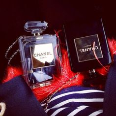 Find images and videos about chanel on We Heart It - the app to get lost in what you love. Chanel N 5, Chanel Clutch, Chanel Perfume, Chanel Paris, Diy Fashion, Fashion Bags, My Bags, Purses And Bags, Channel Bags