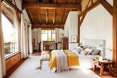Dormitorio rústico con zona de escritorio y gran ventanal a pie de cama_ 00461031