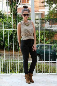 Black pants high waist with a lace tank top and ankle boots #ootd #whatiwore - Look do dia com calça preta de cintura alta, blusa com franzidos, maxi colar e botas de cano curto com salto