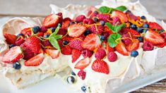 Og pavlova i langpanne fylt med deilig vaniljekrem og toppet med friske bær er ypperlig å servere når du venter mange gjester. Sweet Recipes, Cake Recipes, Dessert Recipes, Healthy Party Snacks, Danish Dessert, Meringue Desserts, Norwegian Food, Anna Pavlova, Scandinavian Food