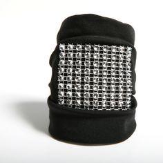 NOCHE - Pulsera confeccionada a mano en crespón negro con detalle central de strass
