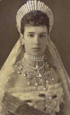 Marie Feodorovna in the early 19th century - Diadem-shaped tiaras became parte of the official court dress for royalty. These Kokoshnik were inspired just as much by Italian Renaissanse fashions, as by the autentic Russian folk styles.
