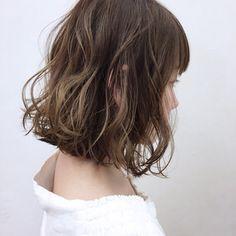 HAIR(ヘアー)はスタイリスト・モデルが発信するヘアスタイルを中心に、トレンド情報が集まるサイトです。20万枚以上のヘアスナップから髪型・ヘアアレンジをチェックしたり、ファッション・メイク・ネイル・恋愛の最新まとめが見つかります。 Shot Hair Styles, Hair Styles 2016, Medium Hair Styles, Short Wavy Hair, Curly Hair Tips, Bob Haircut With Bangs, Hair Arrange, Hair Shows, Permed Hairstyles