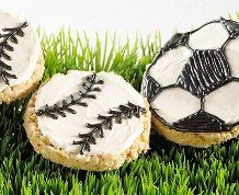 Show your team spirit with these cut-out treats decorated like soccer balls or baseballs. Soccer Treats, Soccer Snacks, Soccer Cake, Rice Crispy Treats, Krispie Treats, Rice Krispies, Yummy Treats, Yummy Food, Soccer Birthday Parties