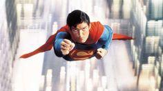 """Der Superman-Fluch-Der angebliche Superman-Fluch hat seinen Ursprung in den mysteriösen Todesfällen zweier Schauspieler, die den Comichelden in Verfilmungen darstellten. Der berühmtere von beiden war """"Kino-Superman"""" Christopher Reeve, dessen Sturz von seinem Pferd ihn ab 1995 erst mit Querschnittslähmung in den Rollstuhl zwang und später sogar umbrachte. Der andere war George Reeves, der den Superhelden in einer Fernsehserie von 1950 spielte und 1951 tot in seiner Wohnung aufgefunden wurde…"""