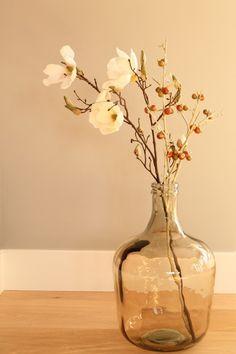 bruine glazen vaas, mooie woondecoratie met orchidee.
