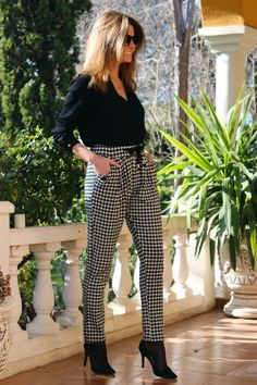 Fashion and Style Blog / Blog de Moda . Post: Houndstooth pants / Pantalones pata de gallo .More pictures on/ Más fotos en : http://www.ohmylooks.com/?p=26033 .Llevo/I wear: Pants / Pantalones : Oh My Looks Shop (info@ohmylooks.com) ; Blouse / blusa : Zara ; Bag / Bolso : Zara ; Sunglasses / Gafas de sol : Mango ; Shoes / Zapatos : Pilar Burgos