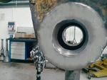 Wytaczanie i regeneracja otworów w maszynach budowlanych przenośną wytaczarko-napawarką.
