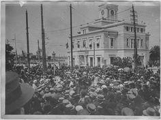Opérateur K (code armée, photographe) - Venizélos au Pirée (22 juin 1917 – 14 juillet 1917). Réquisition pour les soldats grecs tués en Macédoine. Vue prise des fenêtres de l'hôtel de ville.